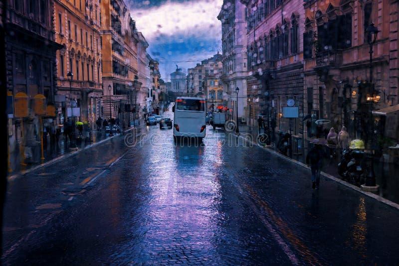 Uliczny widok padać dzień i starego europejskiego budynek w Rome ita zdjęcie stock