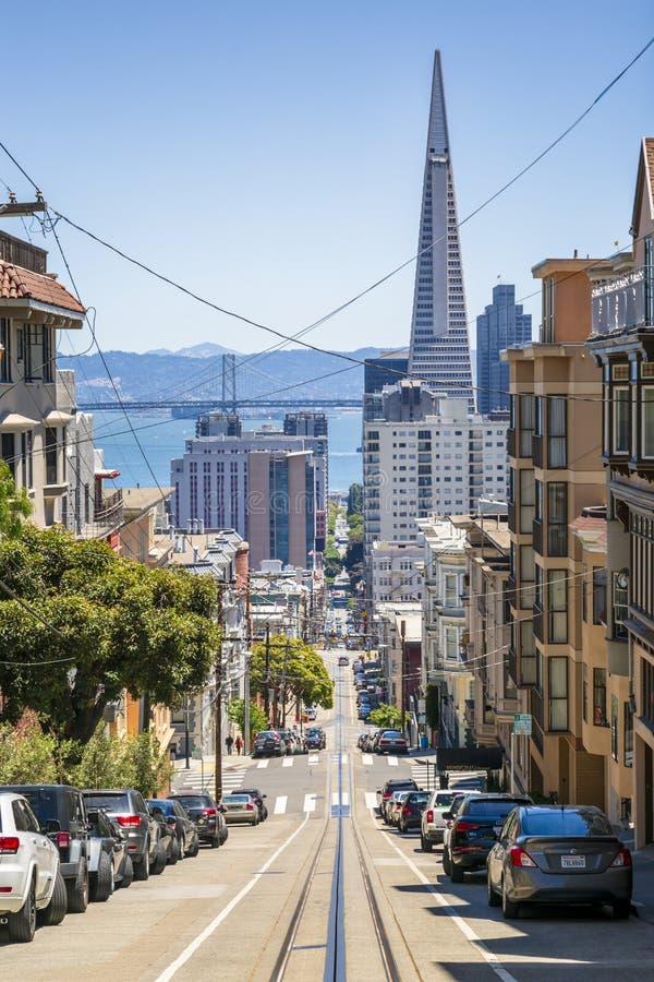 Uliczny widok Transamerica ostrosłup i Oakland zatoka przerzucamy most San Francisco, Kalifornia, usa, Północna Ameryka fotografia royalty free