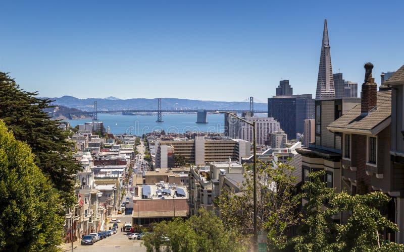 Uliczny widok Transamerica ostrosłup i Oakland zatoka przerzucamy most San Francisco, Kalifornia, usa, Północna Ameryka zdjęcia royalty free