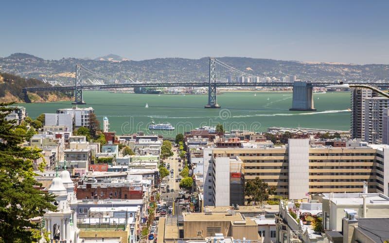 Uliczny widok z Oakland zatoki mostem w tle, San Francisco, Kalifornia, usa, Północna Ameryka obrazy stock
