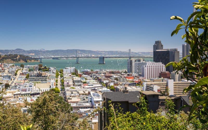 Uliczny widok z Oakland zatoki mostem w tle, San Francisco, Kalifornia, usa, Północna Ameryka fotografia stock
