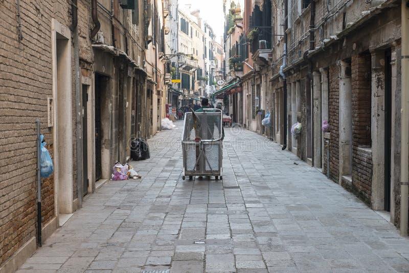 Uliczny wymiatacz w Wenecja obrazy stock