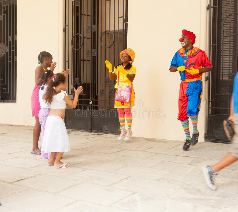 Uliczny występ, błazeny zabawia dzieci fotografia stock