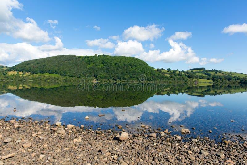 Ullswater湖区Cumbria英国英国蓝天的北部部分在与阳光的美好的夏日 免版税库存图片