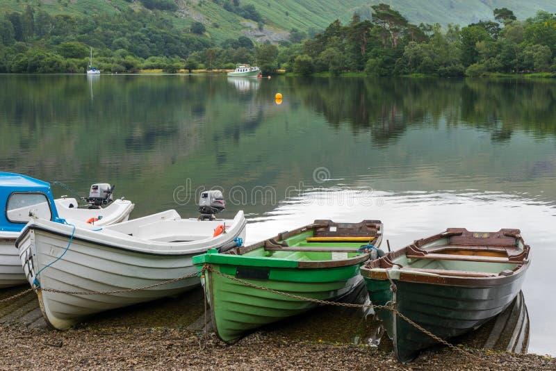 ULLSWATER, LAC DISTRICT/ENGLAND - 22 AOÛT : Les bateaux à rames amarrent photographie stock