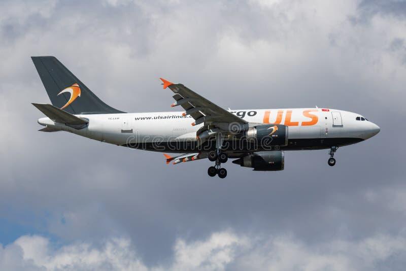 ULS Cargo Airbus A310 TC-LER-fraktflygplan ankomst och landning på Istanbul Ataturks flygplats royaltyfri foto