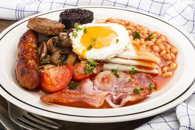 Ulster fríe, desayuno irlandés septentrional tradicional, en una placa fotografía de archivo