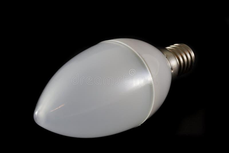 Ultima lampadina moderna del LED nella forma della candela su fondo nero fotografie stock libere da diritti