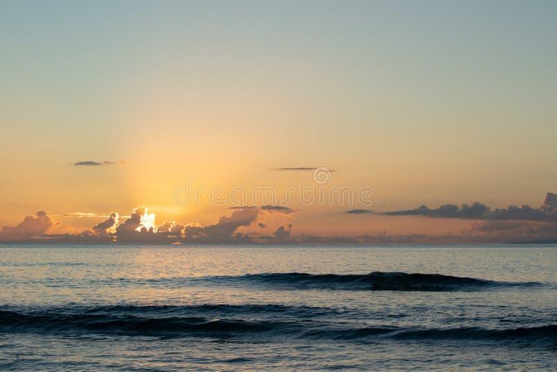 Ultimi raggi del giorno che splende dalle nuvole fotografia stock