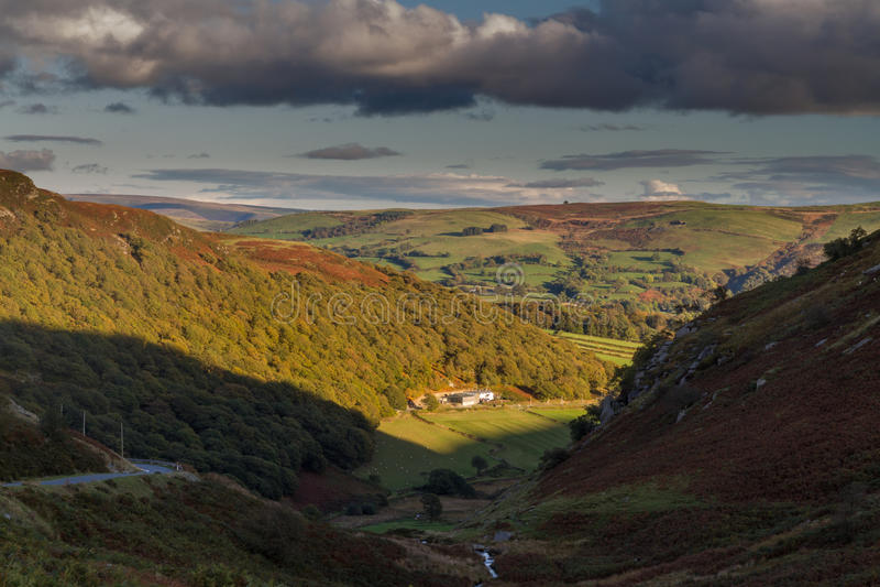 Ultimo di luce del giorno sull'azienda agricola in valle, Gran-Bretagna fotografia stock