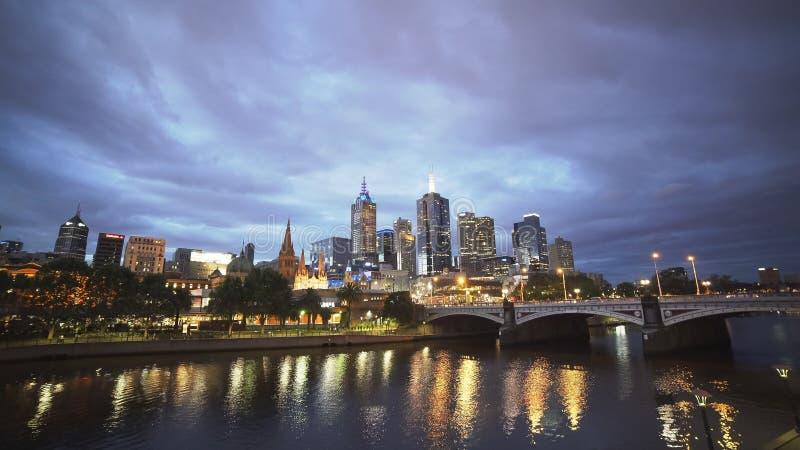 Ultra breite Ansicht des yarra Flusses in Melbourne an der Dämmerung stockbilder