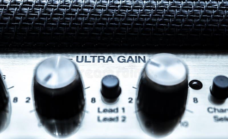 Ultra de controleconcept van het aanwinstenvolume, de knoppendetail van de gitaarversterker stock afbeelding