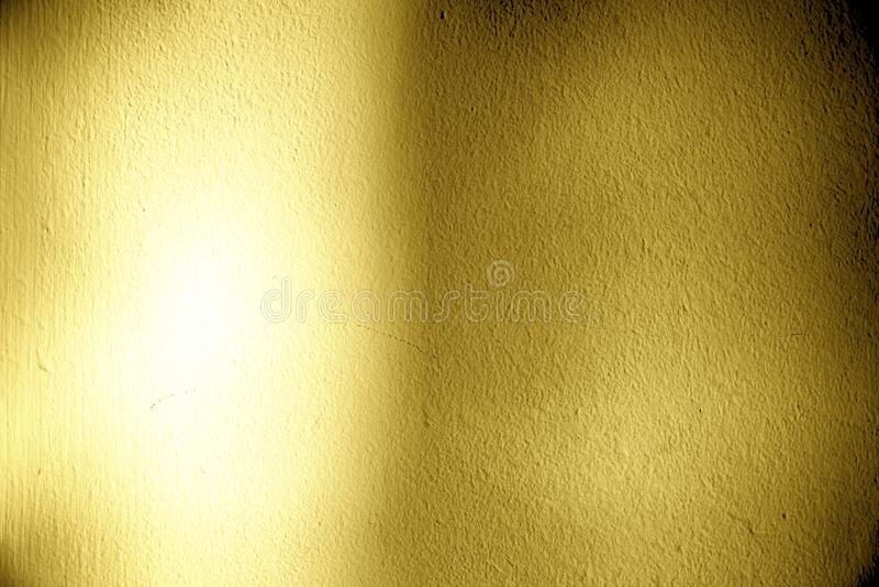 Ultra gele Pleisteroppervlakte of gipspleistermuur met schaduw - binnen achtergrond stock fotografie