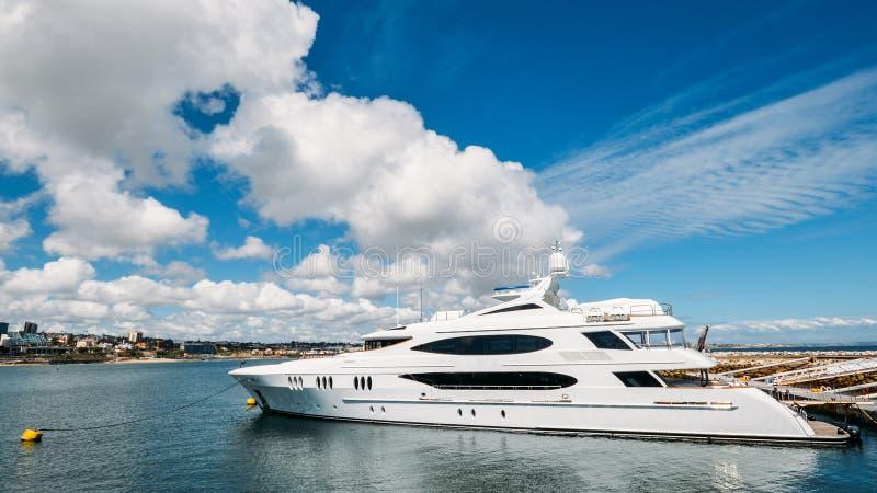 Ultra grandangolare di un yacht eccellente lussuoso si è messo in bacino al porticciolo di Cascais r immagini stock libere da diritti