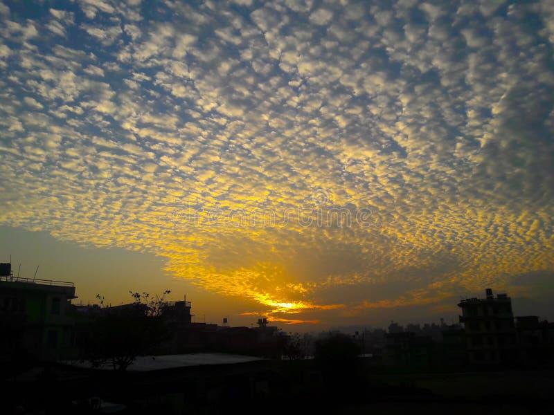 Ultra härlig molnScattersikt med soluppgång arkivfoton