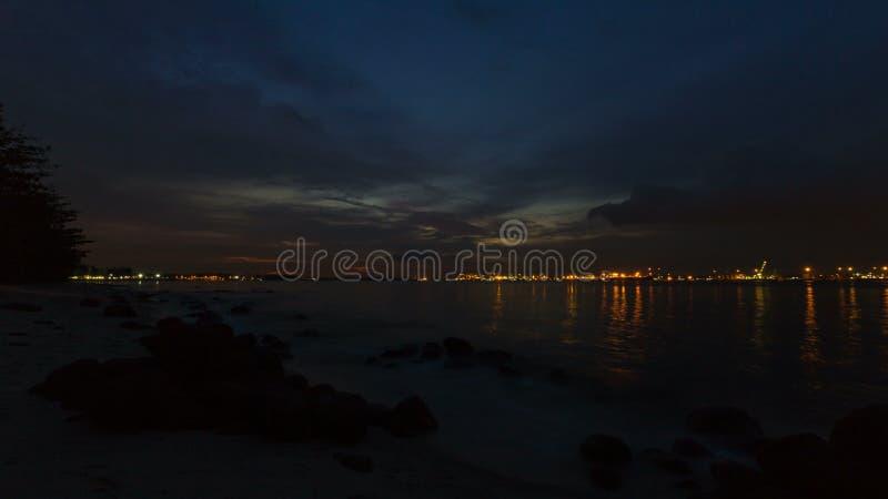 Ultra hochauflösender 4k Zeitspannefilm von beweglichen Wolken und von Fluss vom Sonnenuntergang in Nacht bei Punggol in Singapur stock video