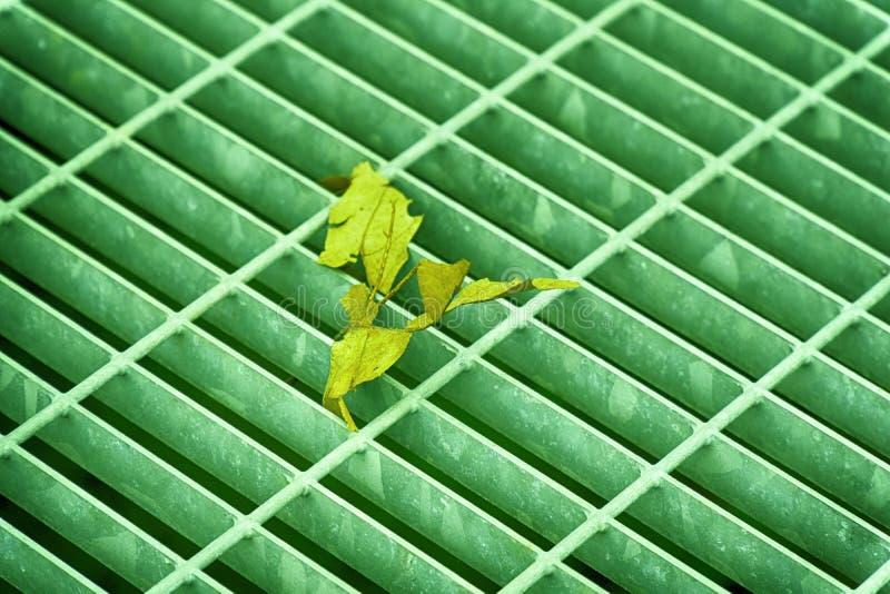 Ultra inverdisca la covata quadrata colorata del metallo in pavimentazione urbana, copertura di botola della fogna con le linee d fotografie stock libere da diritti