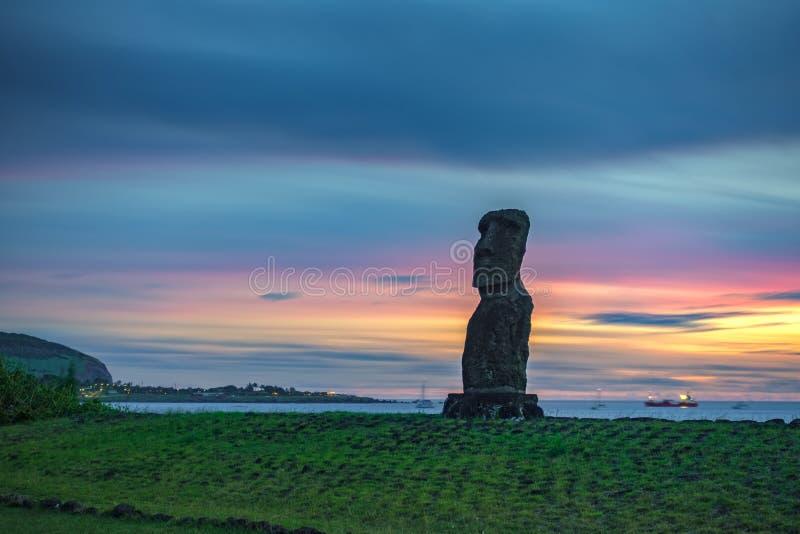 Ultra lång exponering av enkla Moai mot havet i påskön royaltyfri bild