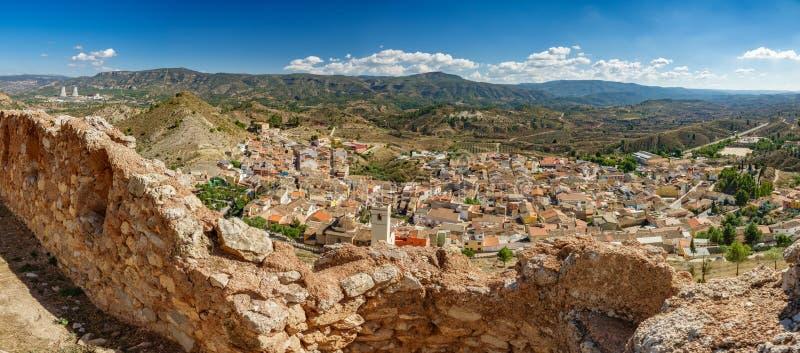 Ultra largamente vista panoramica del villaggio di Jalance e della centrale nucleare fotografia stock