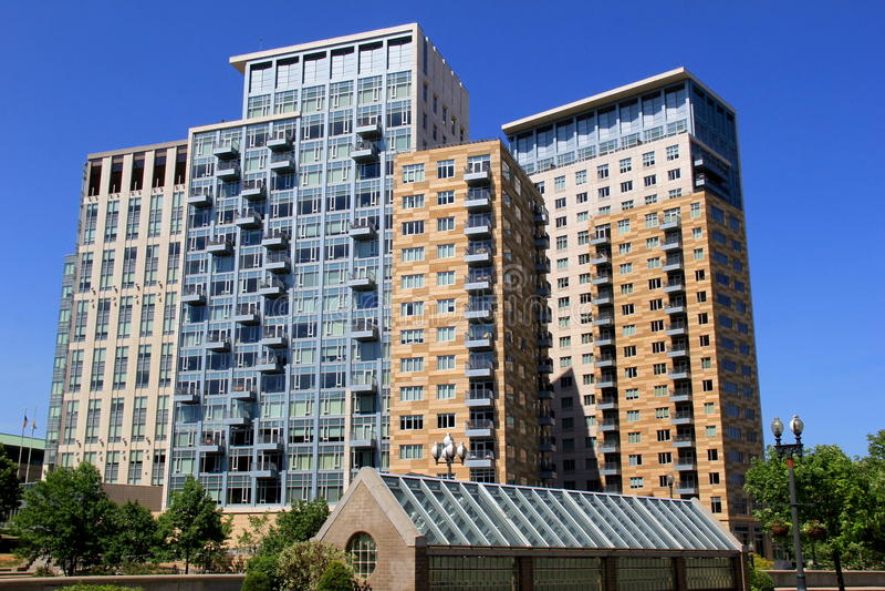 Ultra moderne architectuur van flats in cityscape stock fotografie