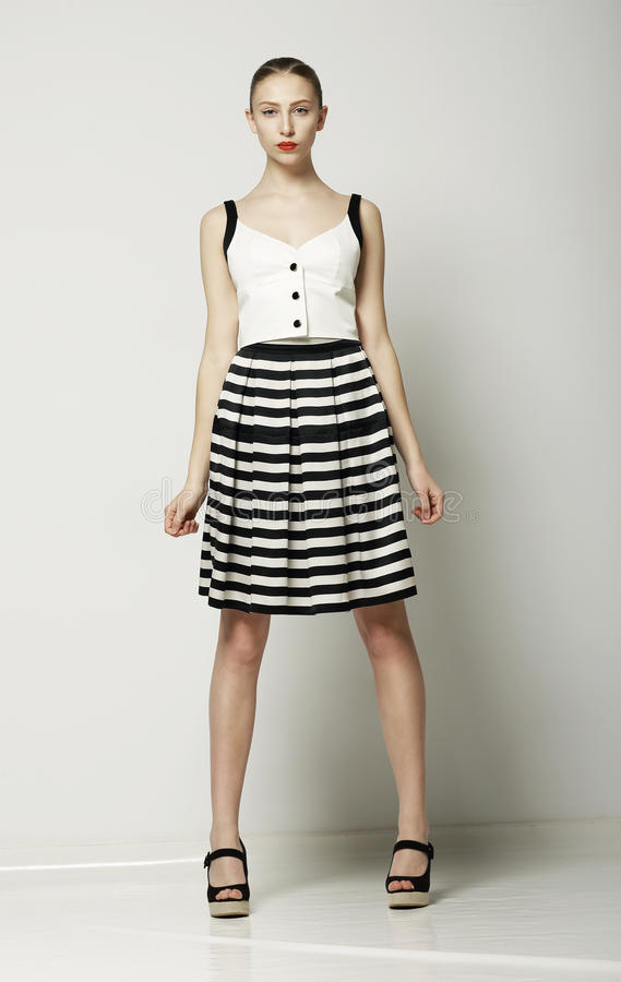 Ultra moderne Frau in moderner Tabby Dress-Aufstellung. Vogue-Sommerkollektion stockfotografie