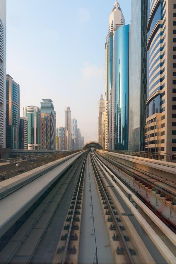 Ultra Nowożytna architektura Dubaj od Wielkomiejskiego transportu zdjęcia stock