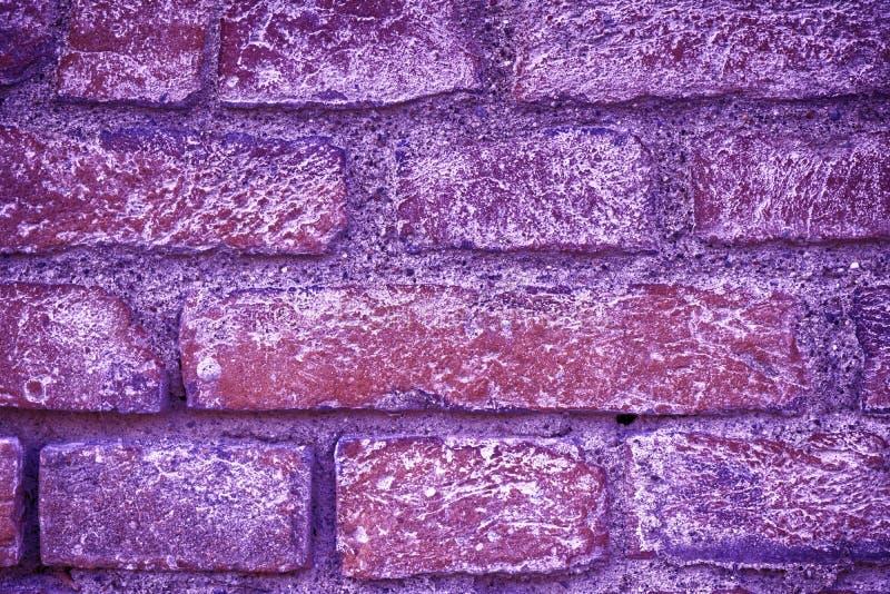 Ultra purpere bakstenen muurtextuur, cementachtergrond voor website of mobiele apparaten stock afbeelding