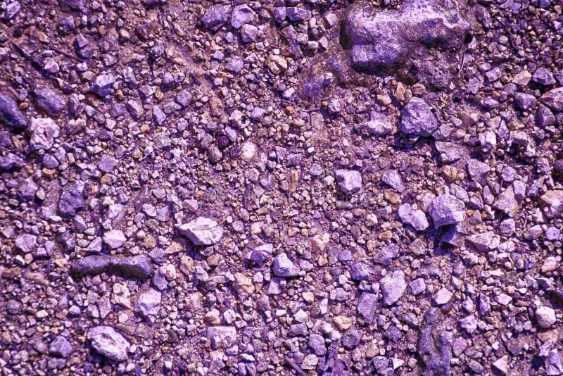 Ultra purpere Grond als op Mars, landtextuur, zandoppervlakte, steenachtergrond stock foto's