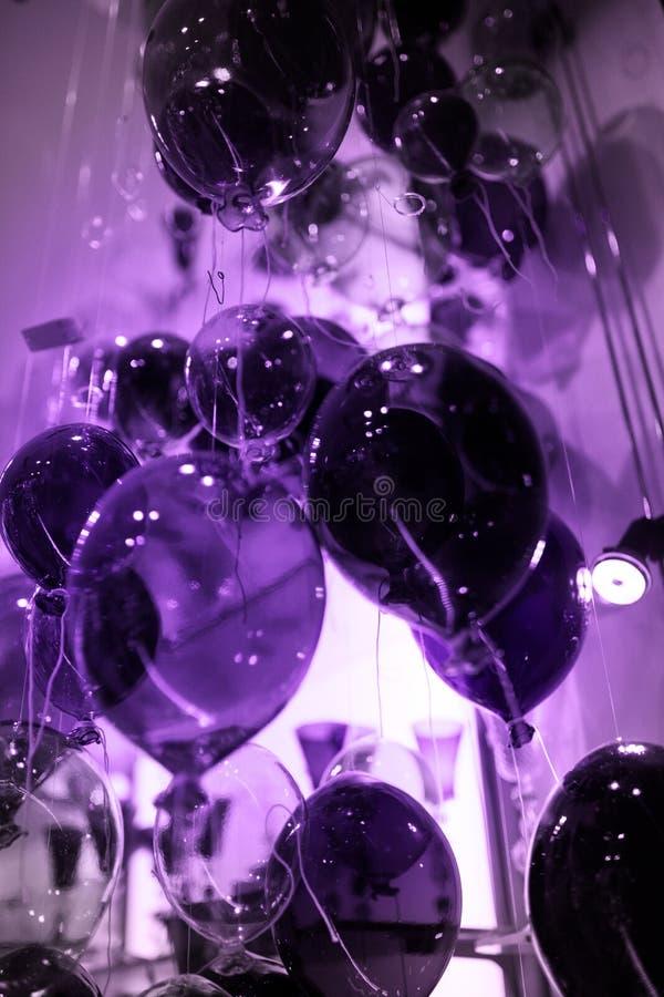 Ultra Violet Cristal monte en ballon le fond photos libres de droits