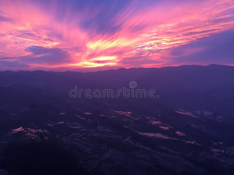 Ultra Violet Sky - coucher du soleil dans des terrasses de riz de Yuanyang images libres de droits