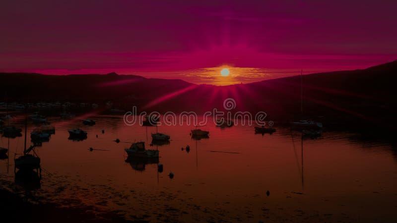 Ultra Violet Sunset su un porto bretone fotografie stock libere da diritti