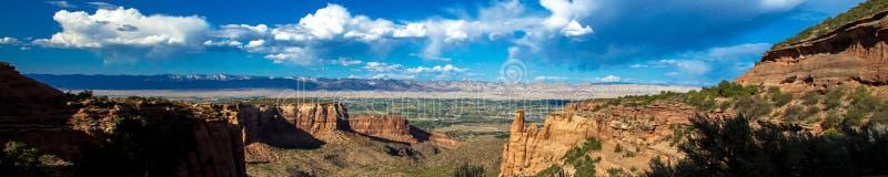 Ultra-weiter Panoramablick, der in Richtung zu Grand Junction von Colorado-Nationaldenkmal Ost schaut lizenzfreies stockbild