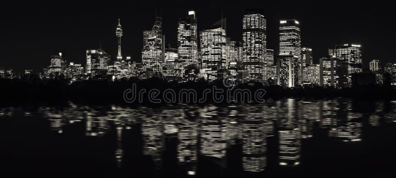 Ultra-weites Panorama von Sydney Waterfront Skyline in Schwarzweiss stockfotografie