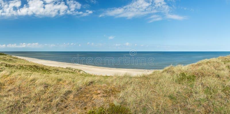 Ultra wijd hoog onderzoek-panorama van duinen, strand en oceaan stock foto