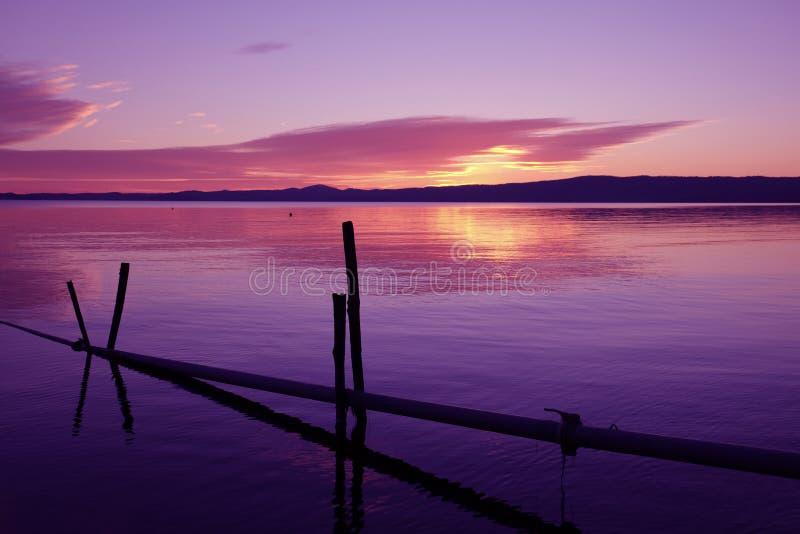 Ultrafioletowy zmierzch na Bolsena jeziorze, Włochy fotografia royalty free