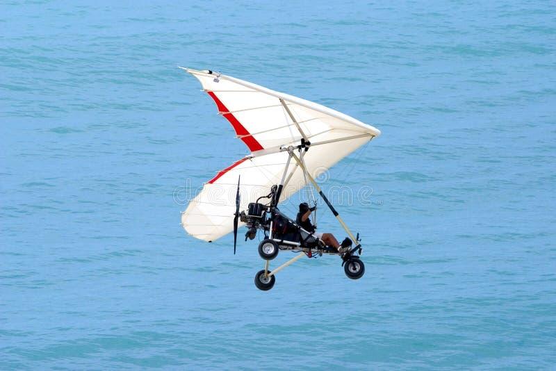 Ultralight Flugwesen über dem Ozean lizenzfreies stockbild