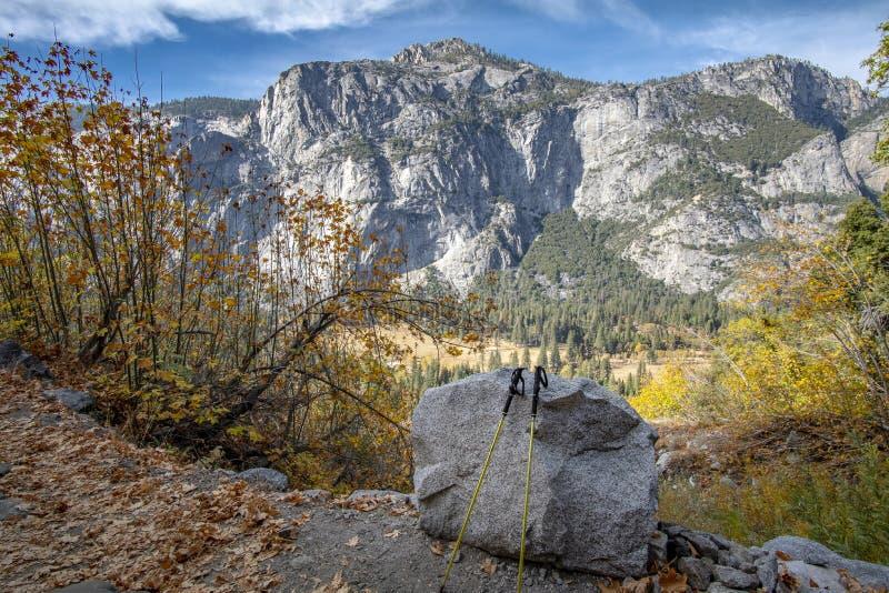 Ultralight fotvandra Poles och sceniskt landskap av den Yosemite granitklippan arkivfoto