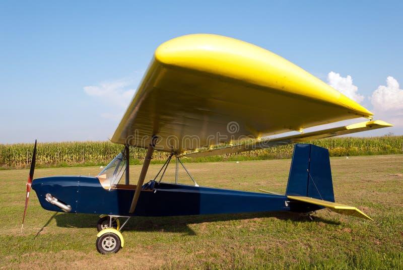 Ultralight vliegtuigen die in schort worden geparkeerd stock afbeelding