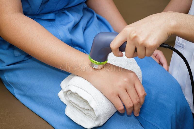 Ultraljud i sjukgymnastik - terapeut som använder ultraljudet till t royaltyfria bilder