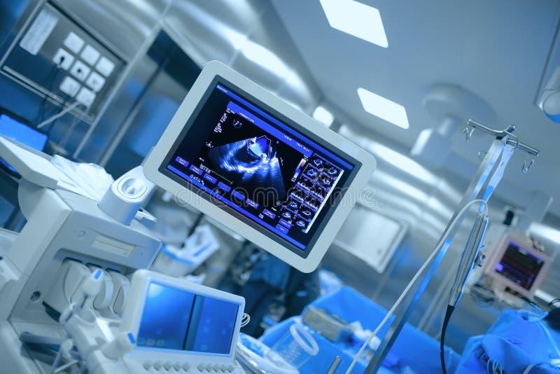 Ultraljuds- övervakning av tålmodig hjärta för ` s under hjärt- kirurgi royaltyfri foto