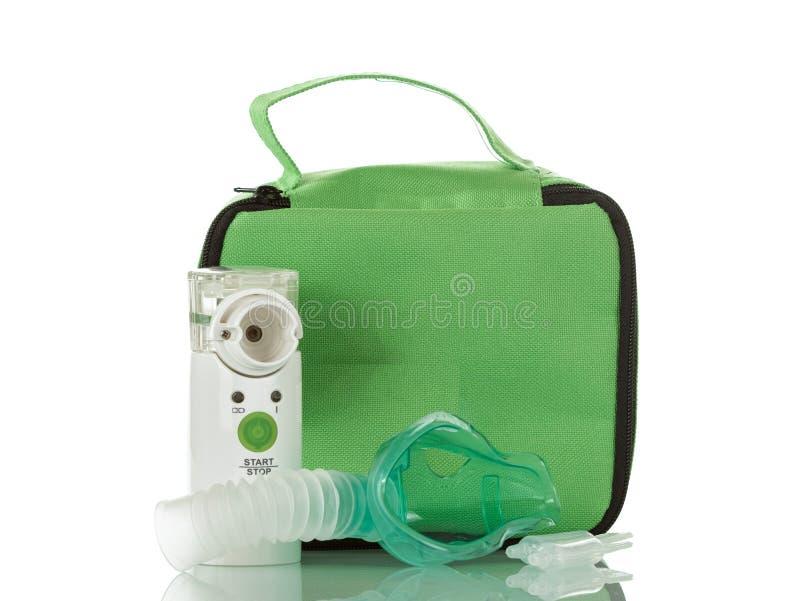 Ultraljuds- ingrepp-nebulizer, barnmaskering och ampull med läkarbehandlingen som isoleras på vit royaltyfri fotografi
