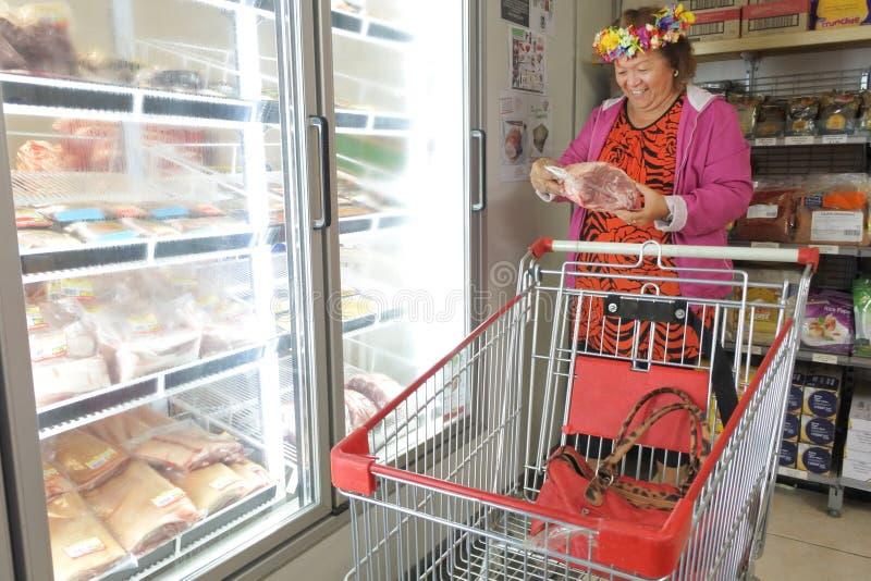 Ultramarinos de compra de la mujer de Islander del cocinero imagen de archivo