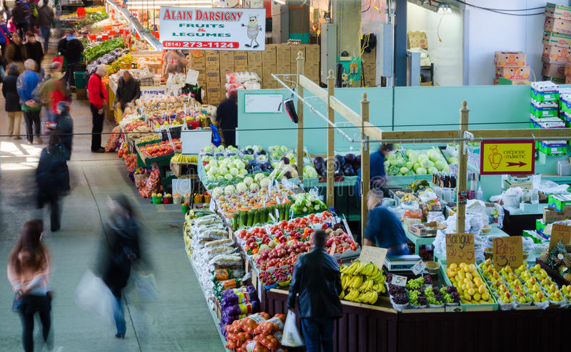 Ultramarinos de la compra de la gente en Jean-Talon Market imagen de archivo