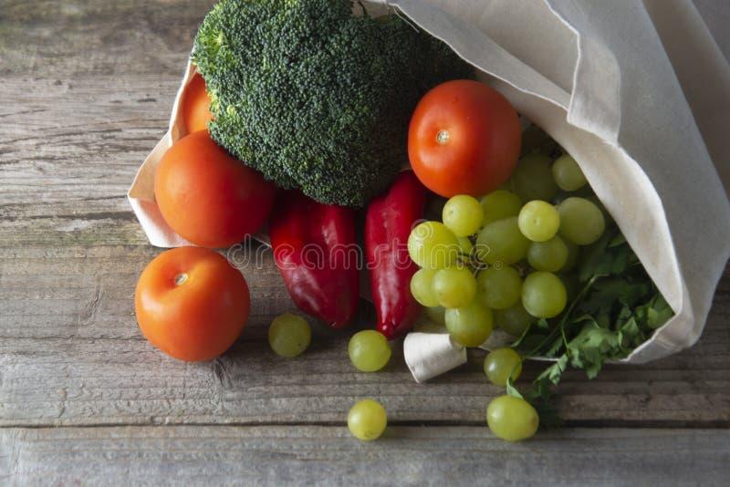 Ultramarinos en bolso del eco Bolso natural de Eco con las frutas y verduras Compra de comida inútil cero artículos gratuitos plá fotos de archivo libres de regalías