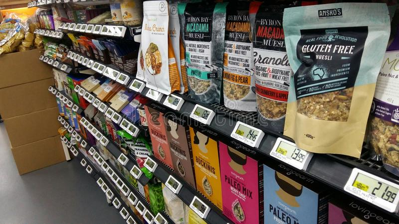 Ultramarinos en IGA Supermarket imagenes de archivo