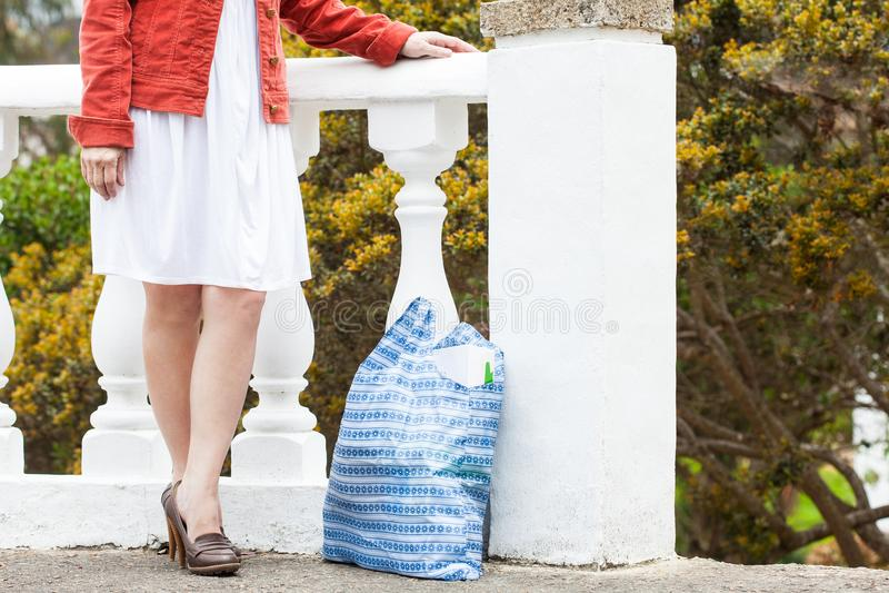 Ultramarinos que llevan de la mujer en un bolso reutilizable imagen de archivo libre de regalías