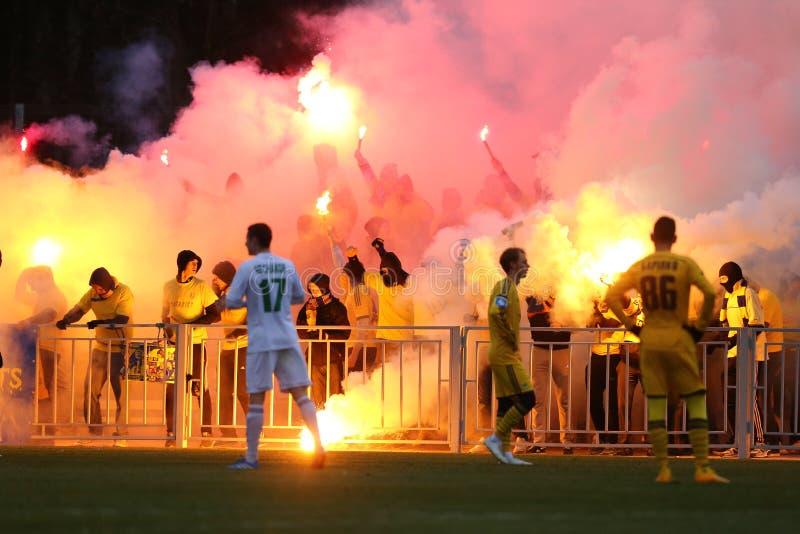 Ultras de FC Metalist Járkov que apoyan a su equipo con una piro-demostración fotos de archivo libres de regalías