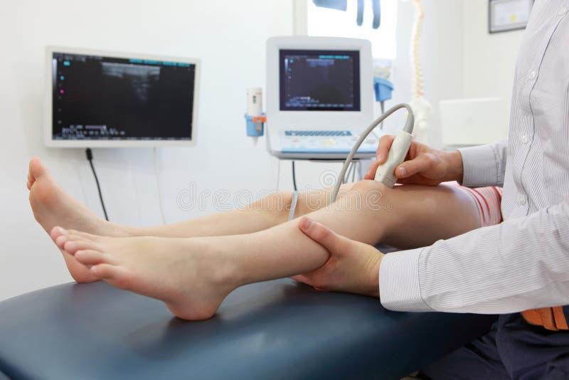Ultraschall von Kind-` s Kniegelenk - Diagnose lizenzfreie stockfotos