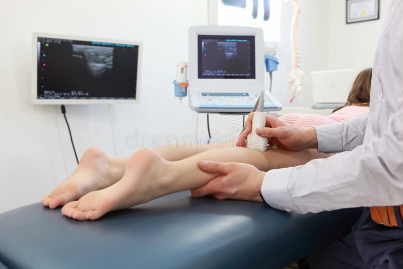 Ultraschall von Mädchen ` s Kniegelenk stockfotos