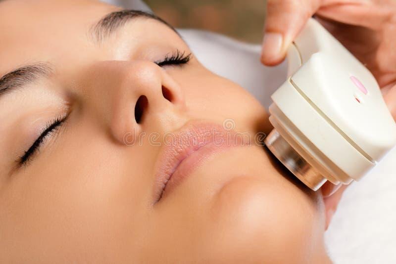 Ultraschallgesichtsbehandlung auf Frau stockfotografie